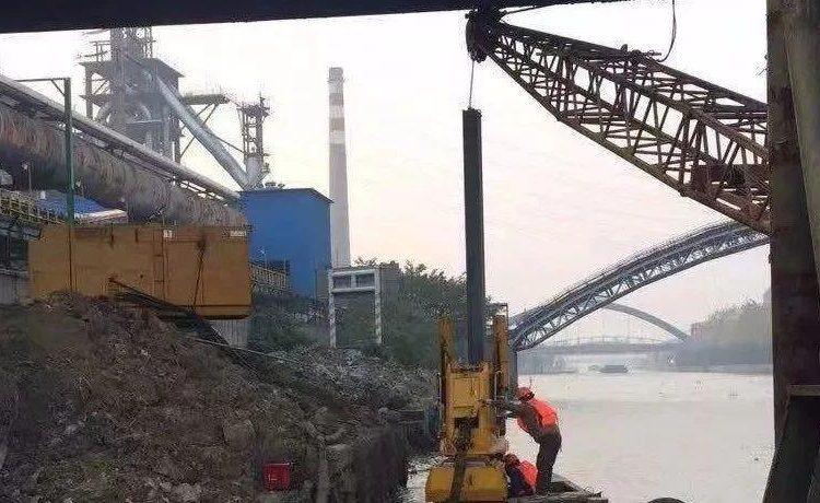 静压植桩工法首次助力跨线管道桥下护岸施工